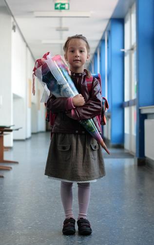 endlich Feste & Feiern Geschenk Schultüte Reifezeit PISA-Studie Neugier Erwartung Beginn Einschulung Schulkind Schule Schulgebäude Mädchen 3-8 Jahre positiv