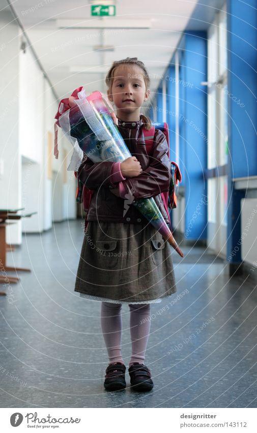 endlich Mädchen Kind Schule Feste & Feiern rosa Mensch Beginn Bildung Schulgebäude Geschenk Kindheitserinnerung niedlich Kleid Neugier positiv Strumpfhose