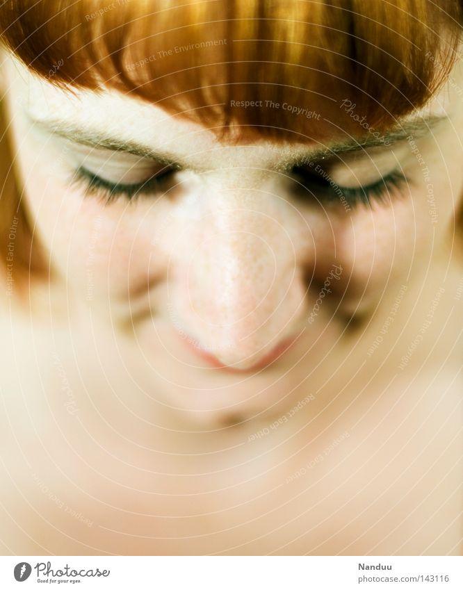 Herbst Gesicht Mensch Porträt Frau Haare & Frisuren Pony rot rothaarig senken Blick geschlossene Augen Glück Fröhlichkeit Verschmitzt Denken Kinn Nase