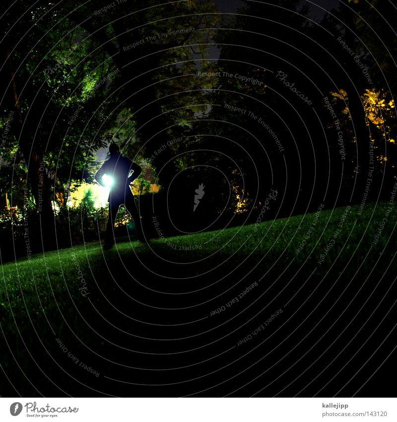 wir trafen uns in einem garten Mensch Mann Baum grün Blatt Wiese Garten Park Rasen gruselig Straßenbeleuchtung Neonlicht Geäst Krimineller Monster Gärtner