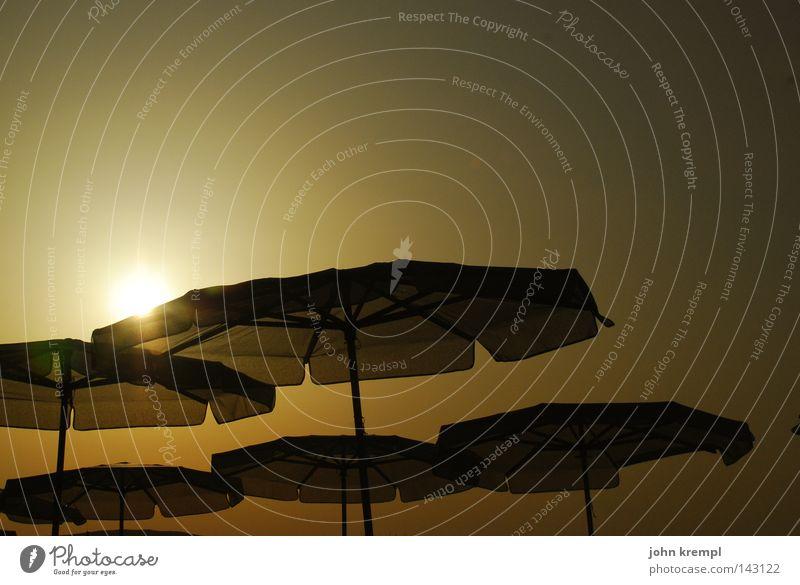 unheimliche begegnung der dritten art Sonne Sonnenschirm Sonnenuntergang Licht Lichterscheinung Meer Malta Strand Sommer UFO Küste Himmelskörper & Weltall