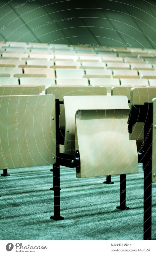 wie ausgestorben... Stuhl Sitzgelegenheit Klappstuhl Campingstuhl parallel Sitzreihe Reihe Zweite Reihe Sitzung Kunstlicht Arbeitsplatz Denken Philosoph Hörsaal