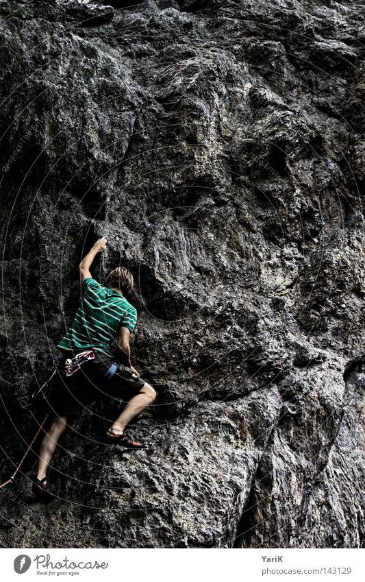 hang on II Bergsteigen Bergsteiger Felsen Mann Stein steinig Freeclimbing abwärts unten abseilen Seil Kletterseil Gürtel Absicherung retten Dach Wolken Baum
