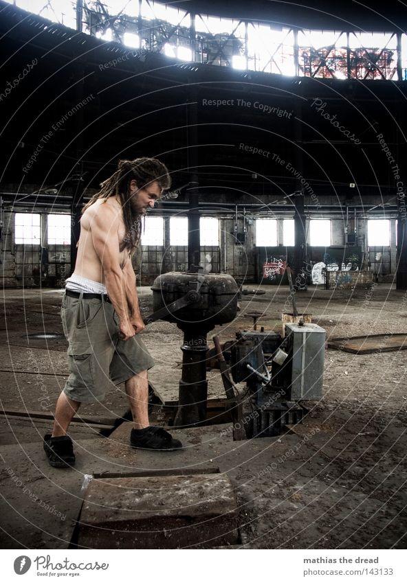 BLN 08 | MAN AT WORK Bewegung Gebäude Arbeit & Erwerbstätigkeit Kraft Kraft 18-30 Jahre Hose sportlich drehen Handwerk Maschine Halle anstrengen Muskulatur Shorts Halt