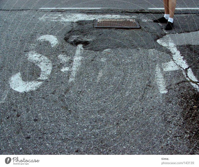 Ausgebremste Tennissocke Straße Farbe dunkel grau Fuß Schuhe Beine Metall offen stehen Schriftzeichen kaputt Bodenbelag Asphalt Buchstaben stoppen