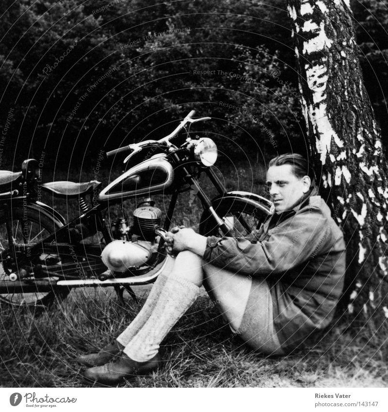 Erinnerung Mann Motorrad Baum Pause Beginn Hoffnung Zukunft stark Notfall Ziel Lebensziel Ferien & Urlaub & Reisen Erfolg attraktiv träumen Krise 1949