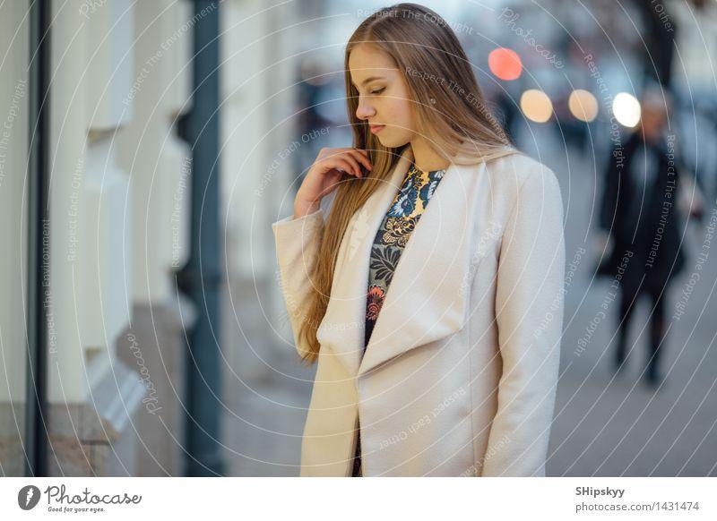 Hübsches Yong-Mädchen, das hinter Geschäftszentrum steht schön Mensch Junge Frau Jugendliche Erwachsene Weiblicher Senior Schwester Haare & Frisuren Gesicht 1