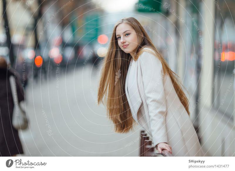 Hübsches Yong-Mädchen, das hinter Geschäftszentrum steht Mensch Frau Jugendliche Stadt blau grün Junge Frau rot 18-30 Jahre schwarz Erwachsene Herbst lustig