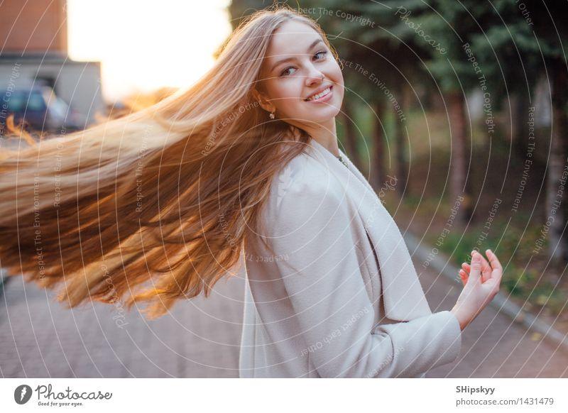 Mensch Frau Himmel Natur Jugendliche Junge Frau Baum Mädchen 18-30 Jahre Gesicht Erwachsene Auge Herbst Garten Haare & Frisuren Kopf