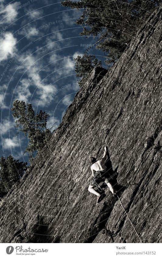 spiderman Bergsteigen Bergsteiger Felsen Mann Stein steinig Freeclimbing abwärts unten abseilen Seil Kletterseil Gürtel Absicherung retten Blatt Dach Wolken