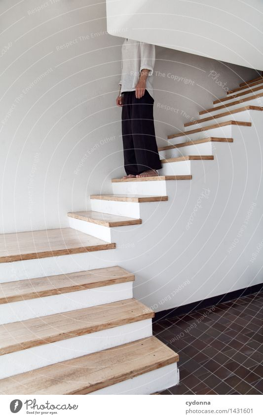 Geht gleich los Mensch Jugendliche Junger Mann Leben Lifestyle Business Raum Häusliches Leben Treppe stehen warten Beginn Zukunft planen Pause Neugier