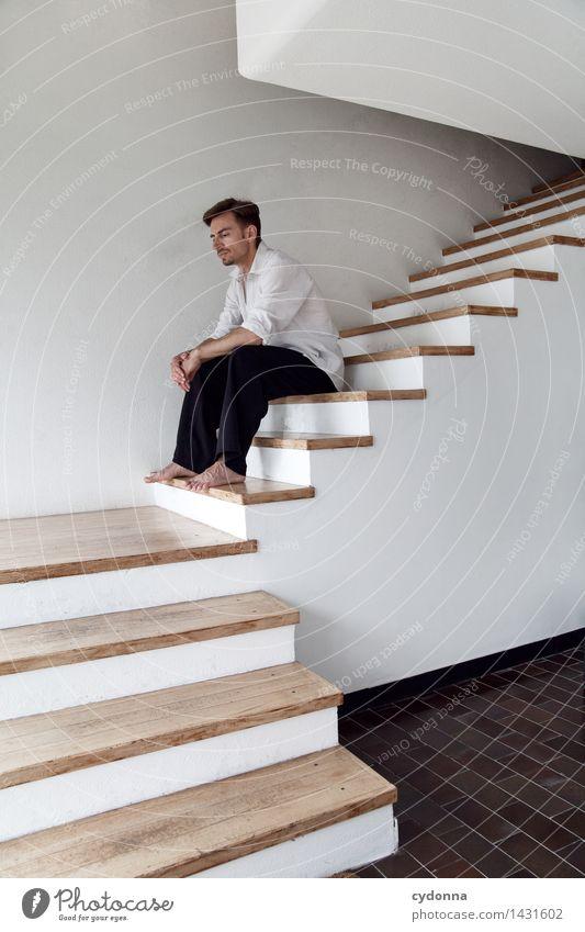 Denkpause Mensch Jugendliche Erholung Junger Mann ruhig 18-30 Jahre Erwachsene Leben Denken Raum Treppe nachdenklich sitzen Zukunft Vergänglichkeit planen
