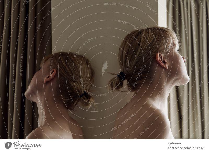 Weggesehen Mensch Jugendliche schön Junge Frau Einsamkeit ruhig 18-30 Jahre Erwachsene Leben Gefühle träumen einzigartig geheimnisvoll Sehnsucht Zusammenhalt
