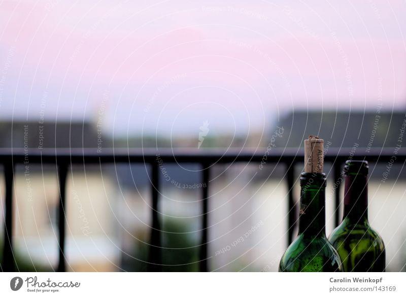 Relax. Weinflasche Rotwein Korken Geländer Dachterrasse Balkon Frankreich Ferien & Urlaub & Reisen Erholung Abend Dämmerung Haus Dorf Alkohol Flasche Verschluss
