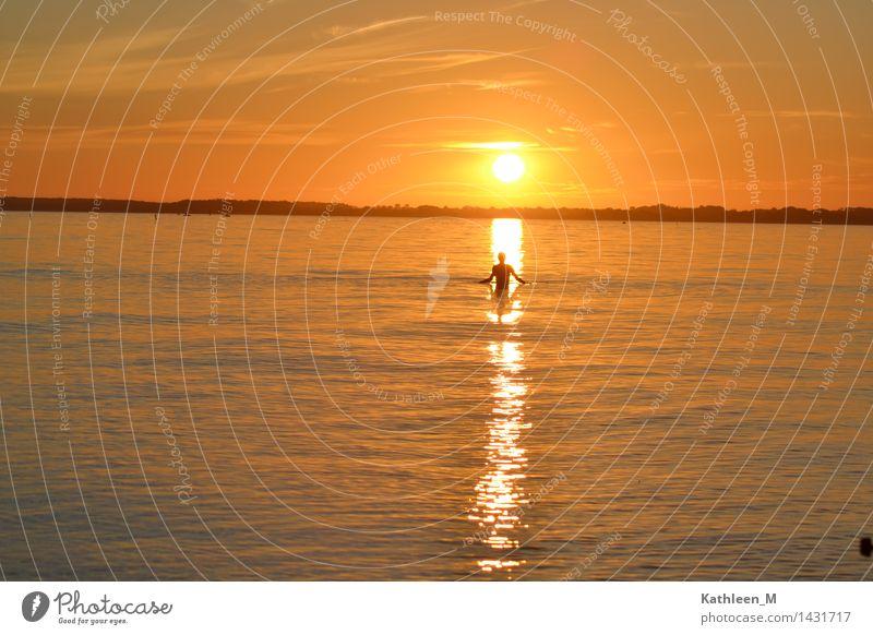 Ein Bad im Sonnenuntergang Mensch Ferien & Urlaub & Reisen Jugendliche Sommer Junge Frau Meer ruhig gelb Wärme Schwimmen & Baden orange Schönes Wetter Ostsee