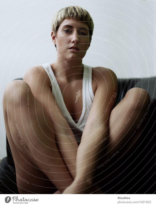 Spannung Leben Junge Frau Jugendliche Gesicht Beine 18-30 Jahre Erwachsene Unterhemd blond kurzhaarig Anspannung Konzentration beobachten sitzen ästhetisch