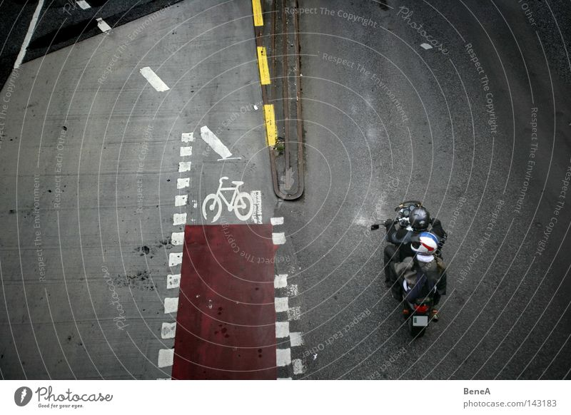 Twosome Riders Motorrad Kleinmotorrad Straße Beton Asphalt Vogelperspektive Fahrbahn Spuren Fahrradweg Schilder & Markierungen Fahrbahnmarkierung Linie Stadt
