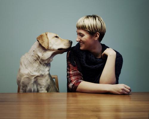 Sage mal, bist Du öfter hier? Hund Jugendliche Stadt schön Junge Frau Tier 18-30 Jahre Erwachsene lachen Glück Feste & Feiern außergewöhnlich blond Fröhlichkeit