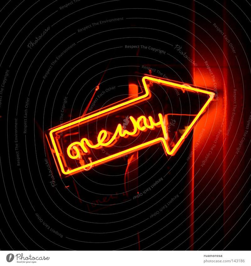 dunkel Wege & Pfade Orange Schilder & Markierungen Beginn Zeichen Pfeile Hinweisschild Wort Neonlicht Ausgang Leuchtreklame lichtvoll Lesezeichen Andeutung
