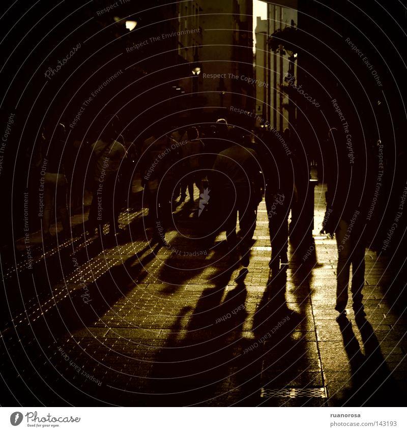 Frau Mensch Mann Stadt Straße dunkel Menschengruppe Abenddämmerung Westen Abendsonne