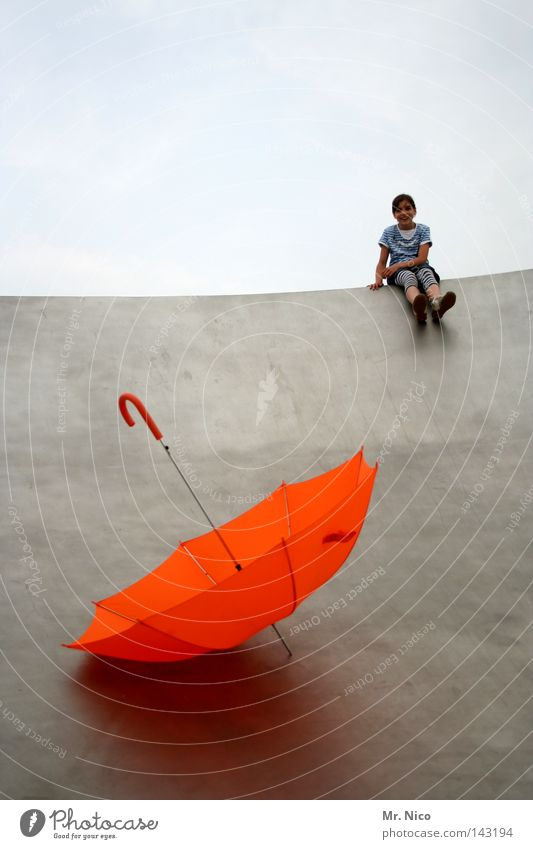 regenschirmrutschbahn Freude Sommer Kind Mädchen Himmel Wolken Wetter schlechtes Wetter Regen Wärme Regenschirm Metall Streifen fliegen sitzen werfen Coolness