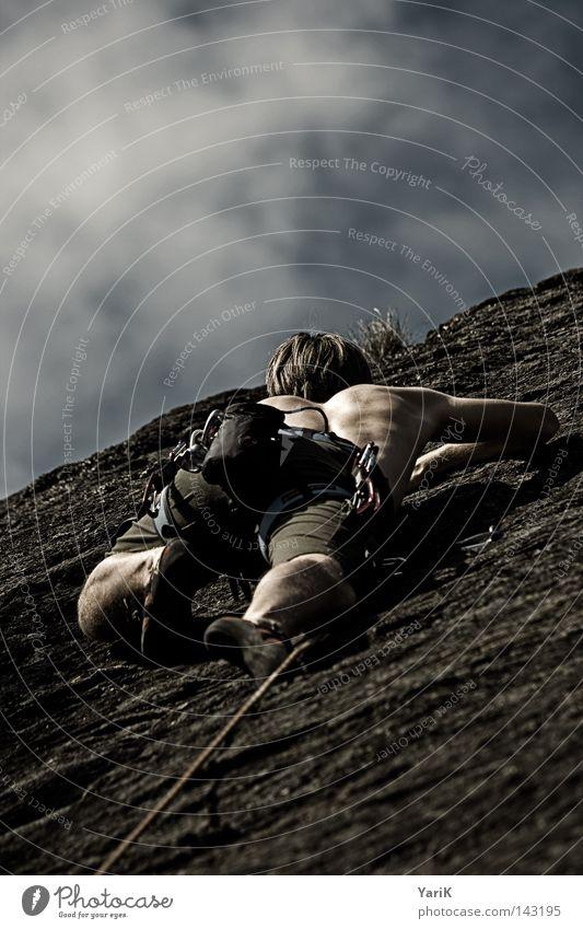 steil bergauf Mann Himmel Baum grün blau Wolken Sport Wand Spielen oben Berge u. Gebirge Stein Mauer Wärme Beine Arme
