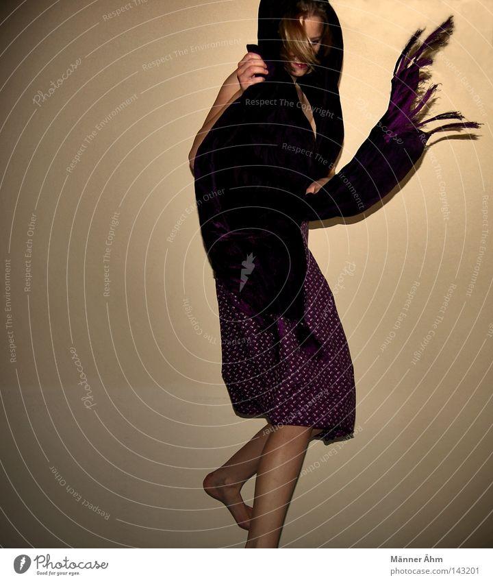 Swing mit Dreh. Kleid Schal umhüllen Bewegung Achsel Schulter dehnen Finger Anspannung Wand Frau Bekleidung spreizen Aufenthalt Zehen Blume feminin springen