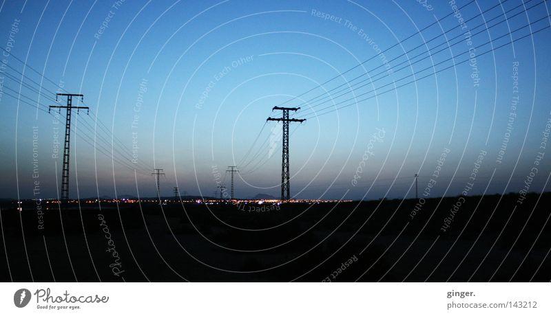 Transport von Energie, elektrischer Energie Ferien & Urlaub & Reisen Ferne Kabel Himmel Schönes Wetter Hügel Stadt dunkel groß hell Elektrizität Strommast
