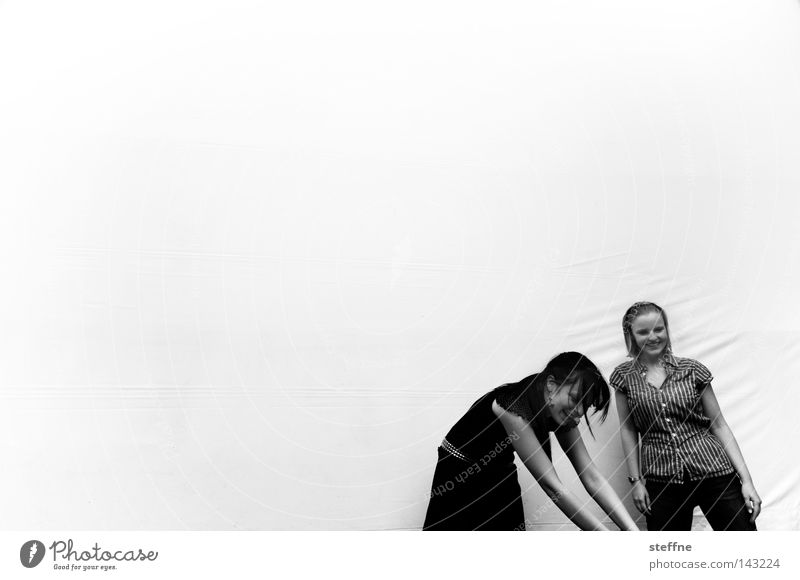 LA OLA Frau Freude lachen Bekleidung Coolness Körperhaltung Model Schwarzweißfoto lässig Rock `n` Roll Stadion Rockabilly Projektionsleinwand gebeugt Laufsteg