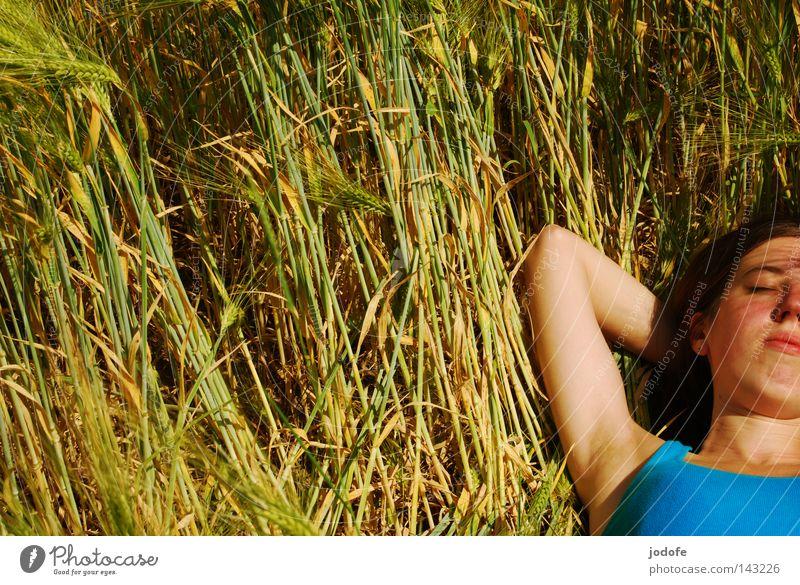 Genieß es! Frau Feld Halm Kornfeld Ähren Gerste ausgestreckt Porträt Oberkörper Hoffnung Wunsch Erholung Sonnenstrahlen Achsel türkis grün gelb Sommer Physik