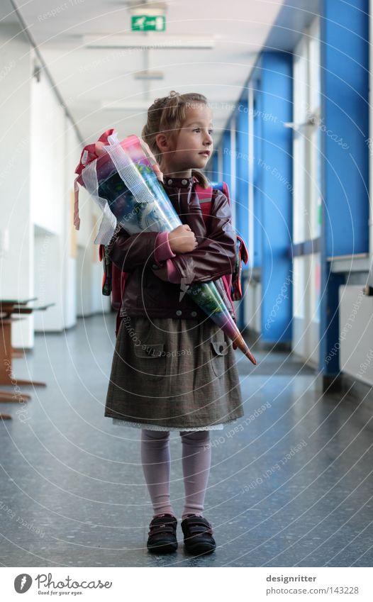 und nun? Kind Mädchen Schulgebäude Schule Schüler Schulkind Einschulung Beginn Bildung Erwartung Neugier PISA-Studie Reifezeit Schultüte Geschenk Feste & Feiern