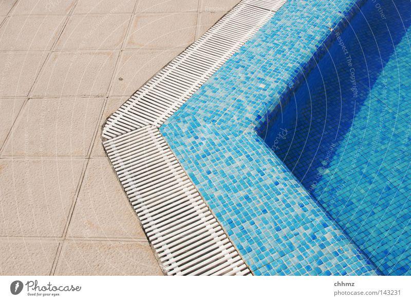 Pool blau Wasser Sommer Spielen nass Ecke Schwimmbad Fliesen u. Kacheln Am Rand Abfluss Wasserrinne azurblau Überleitung Beckenrand