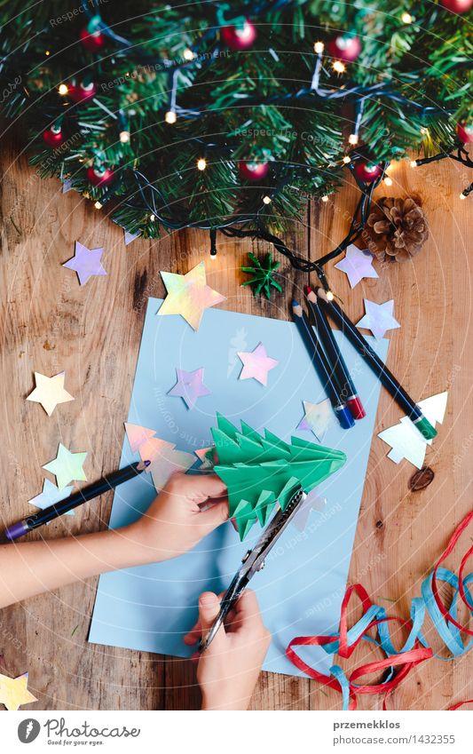 Mädchen, das Weihnachtsbaumdekoration vom Papier macht Mensch Baum Hand Holz Dekoration & Verzierung Aussicht Tisch Kreativität Top Bleistift Glitter Ornament