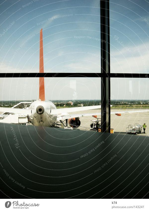 Airport Ferien & Urlaub & Reisen Gefühle Fenster warten Flugzeug Luftverkehr Flughafen Tragfläche Kreuz Maschine laden Landebahn Triebwerke Rollfeld Landeplatz