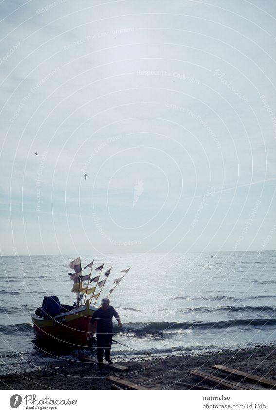 Fischermorgen Ostsee Strand Wasserfahrzeug Fahne polnisch Polen Bucht Sand Möwe Arbeit & Erwerbstätigkeit Frühaufsteher Luft Salz Kochsalz frisch Horizont Osten
