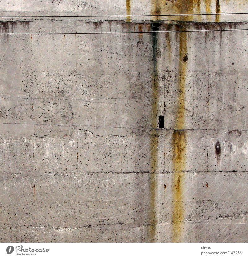 Innsbruck Anywhere Wand grau braun Beton Fassade Elektrizität trist Kabel kaputt Spuren Rost Loch Leitung Versorgung Österreich Nische