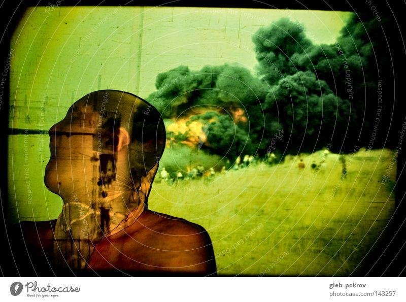 Innere Verbrennung. Mann Textilien Bekleidung schreien Brand Feuer Mensch Industriefotografie Kulisse Rauch Gras Natur Pflanze Sommer Himmel Gebäude Müll Angst