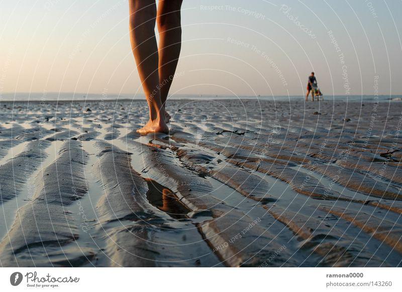 Fuß für Fuß Italien Ferien & Urlaub & Reisen Sand Strand Meer Wasser Himmel Sonnenaufgang Beine Mensch Frau Kinderwagen Furche Wasserlinie stehen ruhig