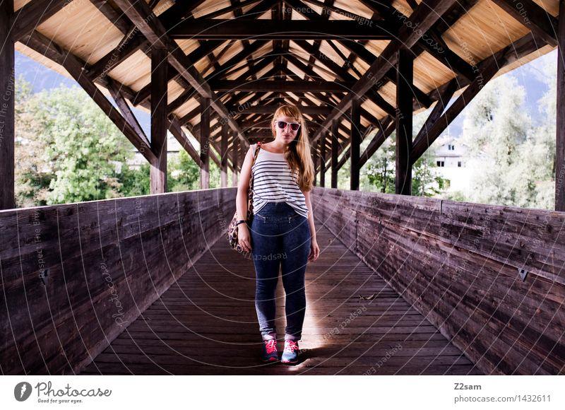 Summer in the City Lifestyle elegant Stil Freizeit & Hobby feminin Junge Frau Jugendliche 30-45 Jahre Erwachsene Sommer Schönes Wetter Altstadt Brücke T-Shirt
