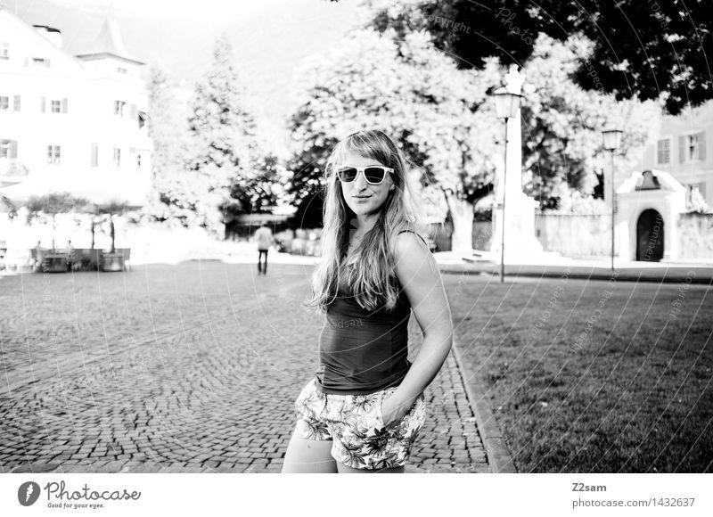 L Lifestyle elegant Stil feminin Junge Frau Jugendliche 18-30 Jahre Erwachsene Natur Landschaft Sommer Schönes Wetter Stadtzentrum Hotpants Piercing
