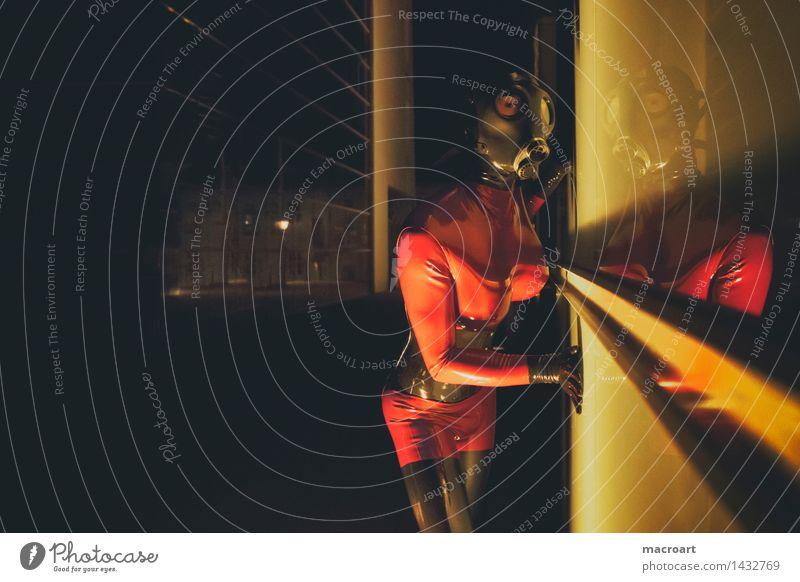 Rubber-Time rubber Latex Fetischismus feminin Mann Anzug suit Maske Atemschutzmaske dunkel rot gelb Fenster Reflexion & Spiegelung gruselig Monster