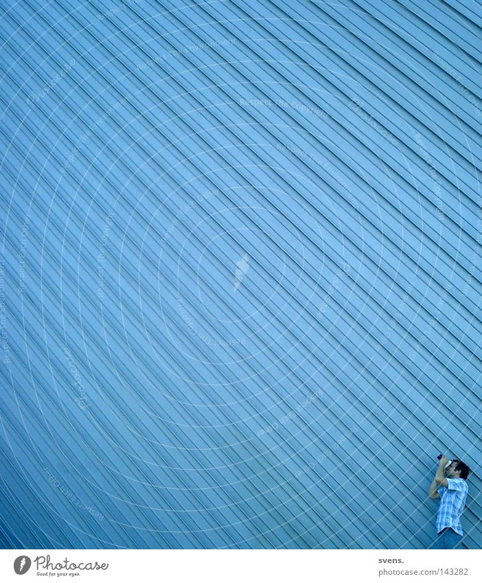 Fotografenperspektive Perspektive Industrie Linearität blau beobachten Fabrikhalle Blechwand Streifen Perpektive Architektur