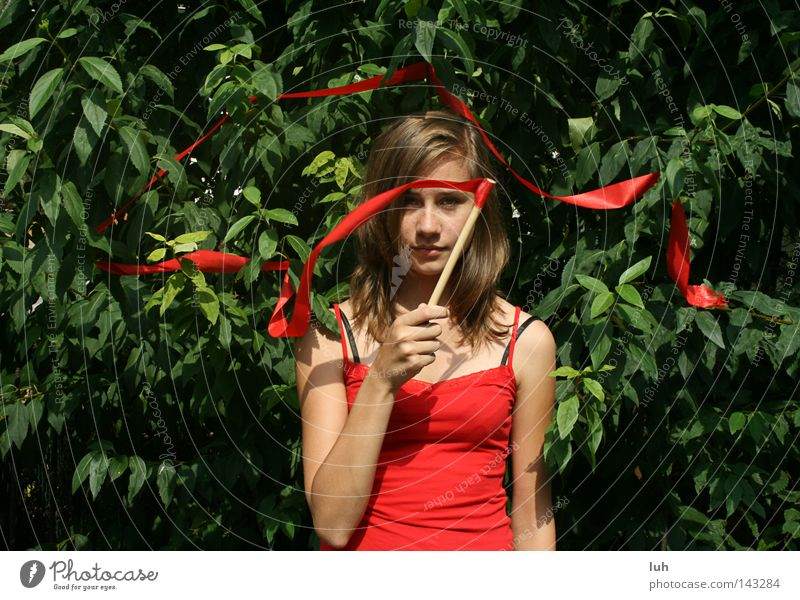 simm sala bimm Gesicht Sommer Frau Erwachsene Blatt Schleife saftig grün rot Zauberei u. Magie Hexe Zauberstab Sträucher Hecke braun brünett Porträt Portrait