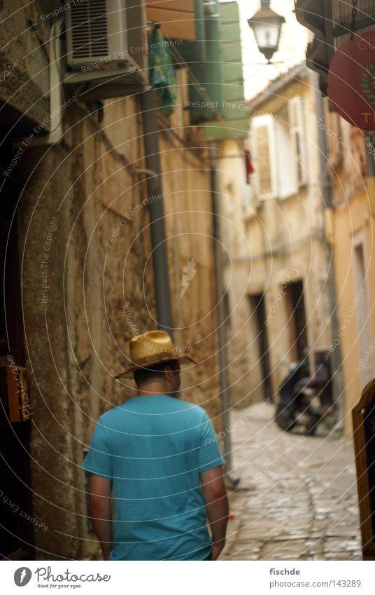 mann mit hut Mann Stadt Sommer Ferien & Urlaub & Reisen ruhig Haus Fenster Mauer klein T-Shirt Spaziergang Laterne Hut Verkehrswege eng Tourist