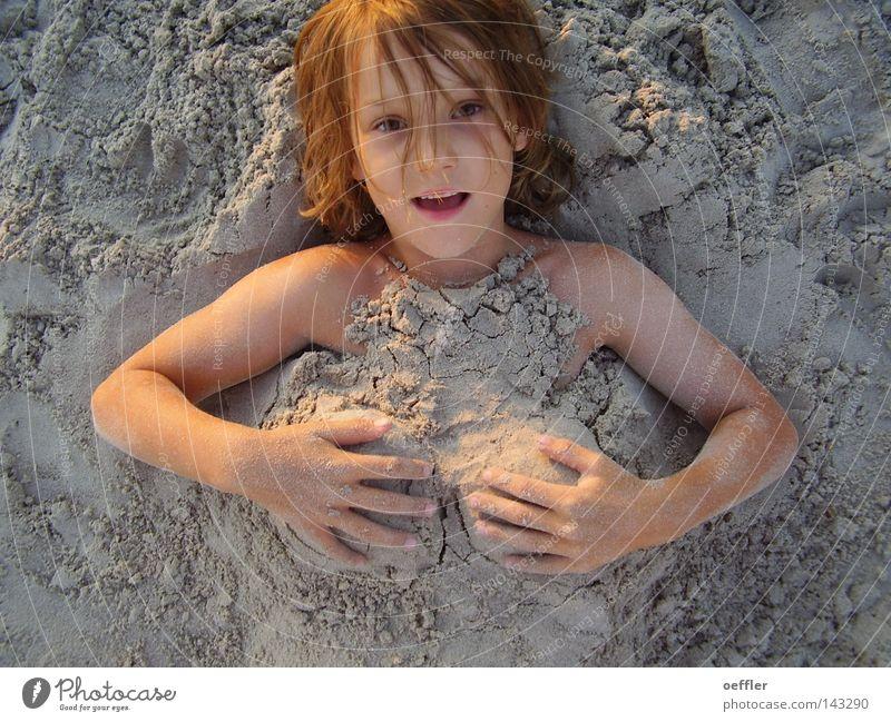 Sandhügel Kind Sand lustig Frauenbrust Witz Brust Spaßvogel Humor Slapstick Kindergesicht