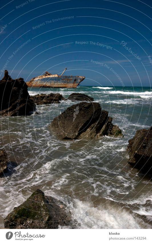 Das Wrack Meer Ferien & Urlaub & Reisen See Sand Wasserfahrzeug Wellen Felsen gefährlich Insel Reisefotografie bedrohlich Müll trocken Spanien Desaster Unfall