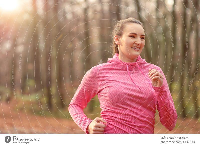 Junge Frau des hübschen Sitzes, die im Waldland rüttelt Natur Gesicht Erwachsene Herbst Sport Lifestyle frisch Körper Lächeln Fitness brünett Diät Entwurf