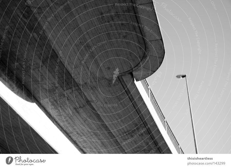 Grieschiches Neutrum 003 Architektur modern Beton Brücke Neigung Straßenbeleuchtung diagonal Brückengeländer Bildausschnitt Fahrbahn Laternenpfahl