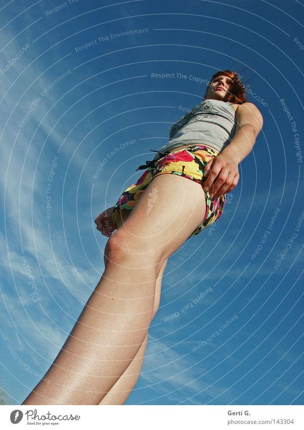 giAnt Frau groß hoch lang schmal Koloss Macht Himmel blau himmelblau Sommer sommerlich fruchtig mehrfarbig langhaarig langbeinig David und Goliath Riesenbaby