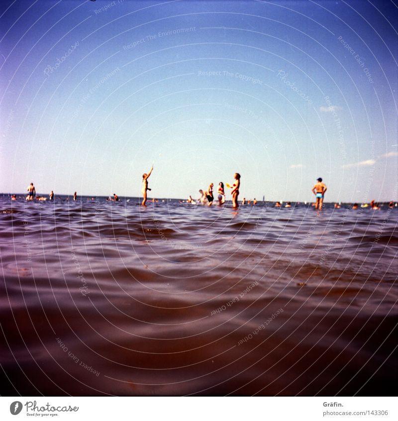 Sommerfrische Strand Horizont Spielen flach Steinhuder Meer Binnensee nass kalt Wellen Schlamm Sumpf Ferne Badegast Kind Mittelformat Lomografie Rollfilm